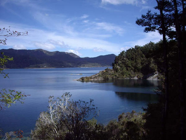 Lake Waikaremoana Walk by Rowan Townsend/ CC BY